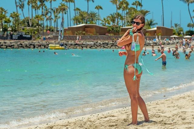žena pózujúca na pláži