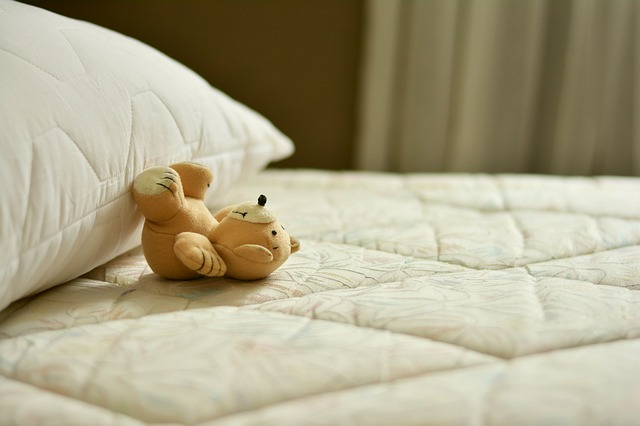 plyšový medvedík na matraci