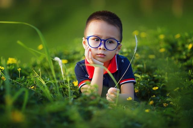 Malý chlapec okuliaroch.jpg
