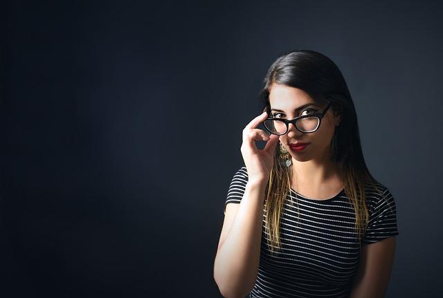 Žena v pásikavom tričku s dioptrickými okuliarmi.jpg