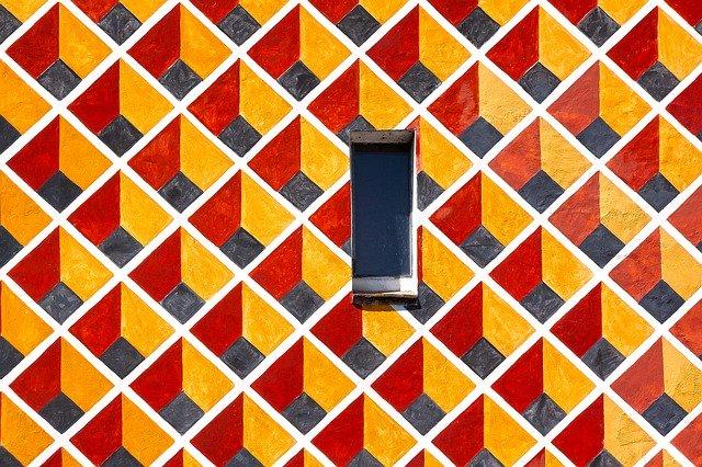 Úzke ono na dome s oranžovými štvorcami.jpg