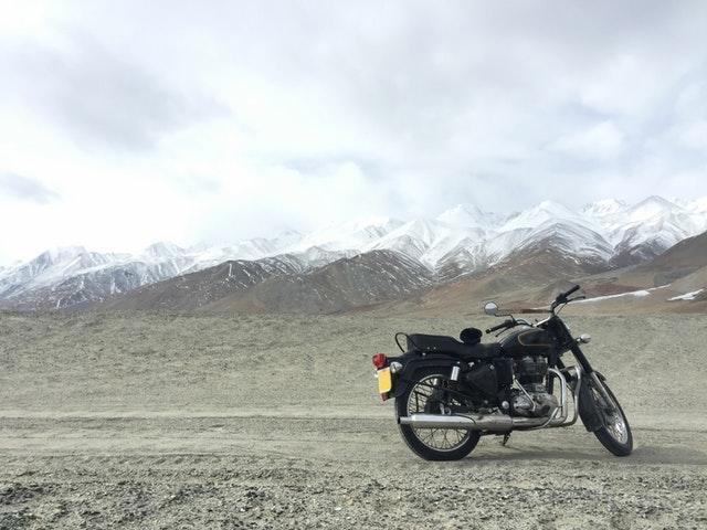 čierna motorka pri horách