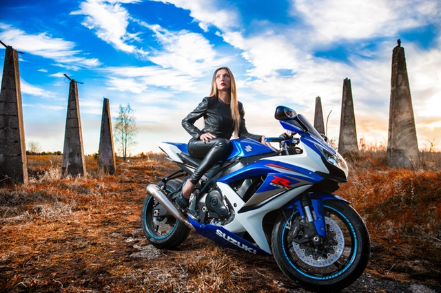 žena na motorke