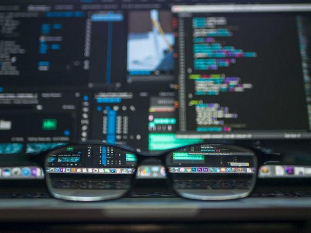 Dioptrické okuliare pred monitorom počítača